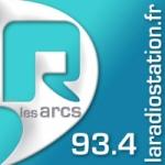 Logo da emissora R Les Arcs 93.4 FM