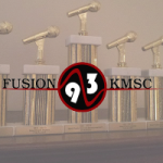 Logo da emissora Radio KMSC 93 92.9 FM
