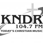Logo da emissora KNDR 104.7 FM
