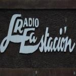 Logo da emissora Radio La Estación 93.9 FM