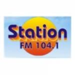 Logo da emissora Radio Station 104.1 FM