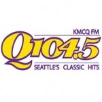 Logo da emissora KMCQ 104.5 FM