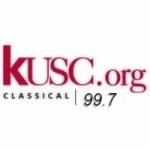 Logo da emissora Radio KUSC 99.7 FM
